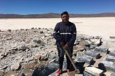 Franco Lamas es un minero de sal tradicional en Salinas Grandes, la comunidad que rechazó a las empresas