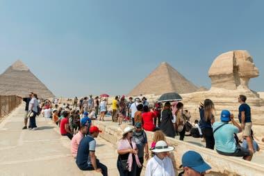 Numerosos turistas hacen fila y toman fotos en las inmediaciones de las pirámides y la Esfinge, en Egipto, en octubre de este año