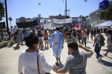 La gente se acerca a Plaza de Mayo para esperar a Alberto Fernández