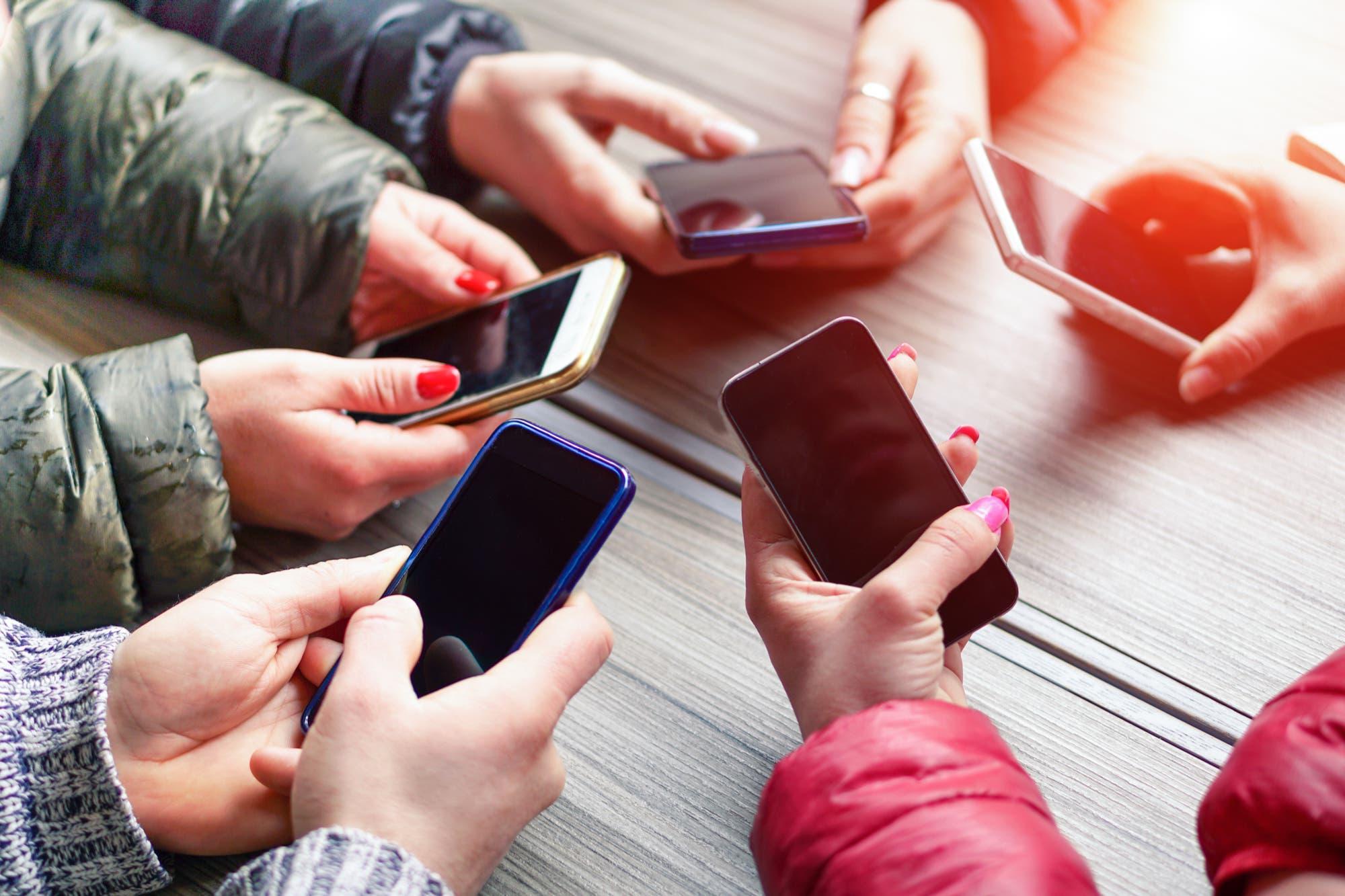 Según el Indec, los servicios de telefonía móvil e Internet aumentaron 10 puntos por encima de la inflación en 2019