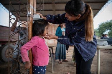 Elizabeth Torres, nutricionista de Pata Pila, en plena tarea de atención. La ONG cuenta con cinco equipos interdisciplinarios que recorren comunidades del norte de la provincia.