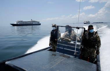 Fuerzas navales de Panamá patrullan en las cercanías del crucero Zaandam