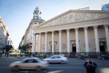 La Catedral de Buenos Aires, de inspiración barroca y estilo neoclásico, es obra de un arquitecto francés