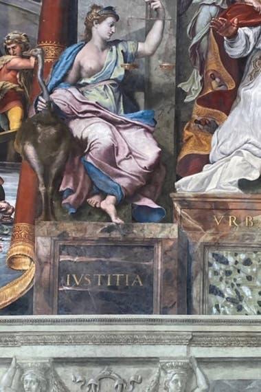 Detalle de la figura alegórica de la Justicia, que investigadores del Vaticano confirmaron que fue realizada por Rafael antes de su muerte prematura, a los 37 años
