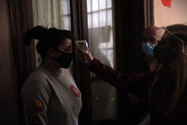 En la vivienda donde vive Tamara, una mujer que trabaja en un geriátrico y tiene coronavirus, se realiza un chequeo a sus contactos estrechos para determinar si son posibles casos positivos