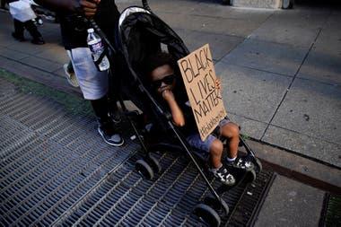 Un niño lleva un cartel durante la marcha en Washington