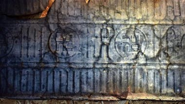 Los grabados con la cruz esvástica en un pequeño museo en el refugio El Jahuel, cerca de Las Grutas