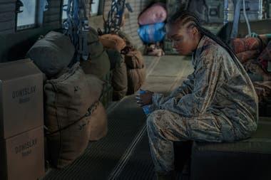Kiki Layne, como la soldado Nile Freeman