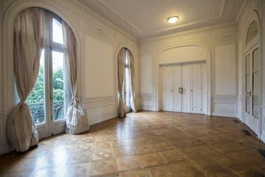 Imponentes salones en el interior de la casona de estilo francés