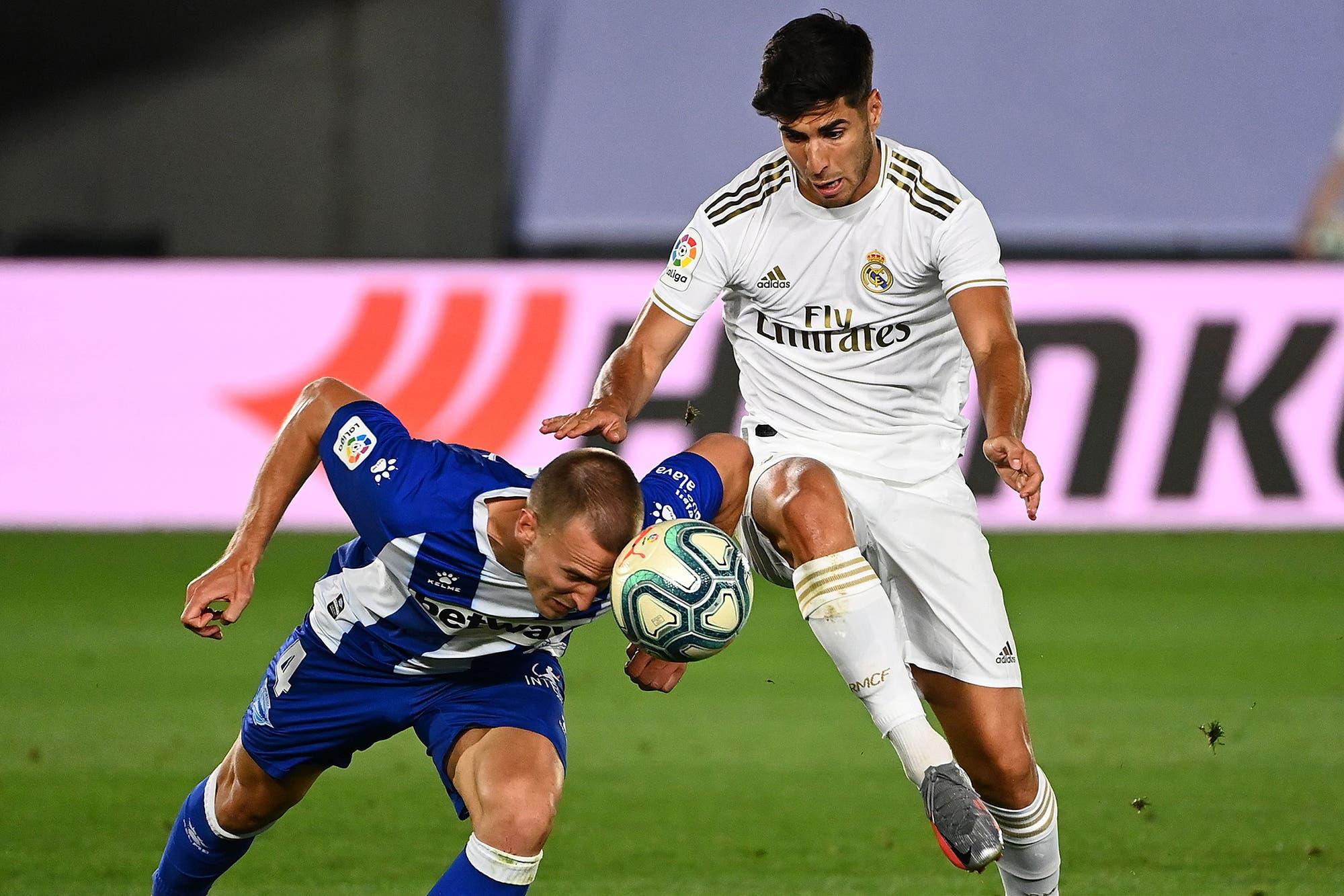 Con polémica y suspenso, Real Madrid le ganó a Alavés y le lleva 4 puntos a Barcelona en la liga de España a tres fechas del final