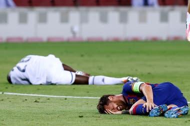 Messi, dolorido en el piso por la patada del penal de Koulibaly; lo tuvo que ejecutar Suárez