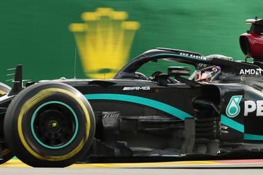 Lewis Hamilton de Mercedes en acción.