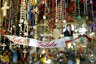 Cientos de rosarios fueron colocados junto a una vincha con el nombre de Gilda, en la entrada de un santuario en su honor