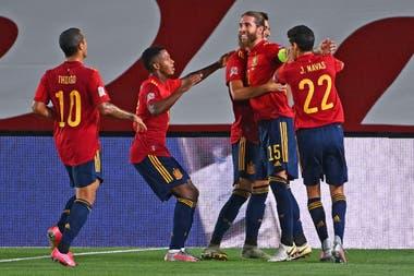 Sergio Ramos celebra con sus compañeros (de perfil, Ansu Fati) uno de sus goles a Ucrania