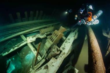 La bodega del barco está llena, pero aún no pudieron determinar qué hay en su interior