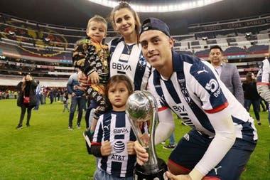 Festejo en familia tras ganar el Apertura 2019 por penales ante el América, en el imponente estadio Azteca
