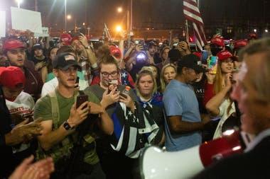 Seguidores de Donald Trump protestan por los resultados de Arizona, ayer en Phoenix