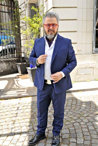 Impecable, Donato de Santis con traje azul y camisa blanca