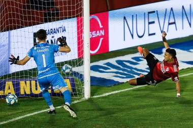 La pirueta de Matías Suárez para marcar el 1 a 0 frente a Huracán