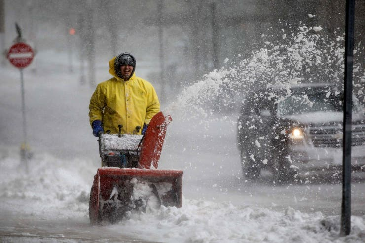Un hombre quita la nieve de las calles
