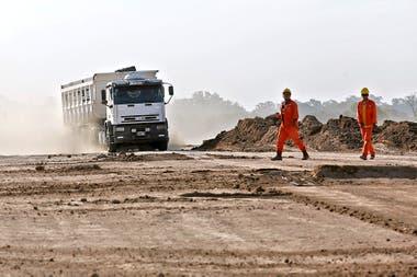 Un camión avanza sobre la traza de la futura autopista