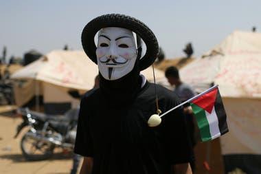 Una colorida máscara y una cebolla con la bandera palestina