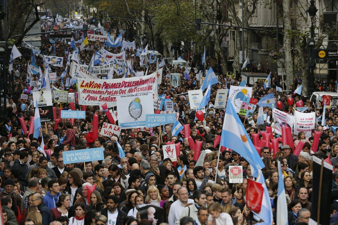 Una imponente columna de manifestantes recorrió la Avenida de Mayo hasta el Congreso