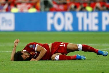 Mohamed Salah, tendido en el piso después de la jugada con Sergio Ramos en la final de la Champions League