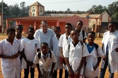Andrés ayuda a los chicos angoleños desde hace 30 años