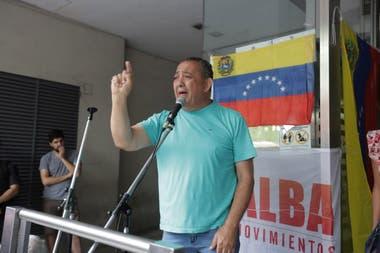 Luis D Elía fue uno de los oradores en la puerta de la embajada de Venezuela