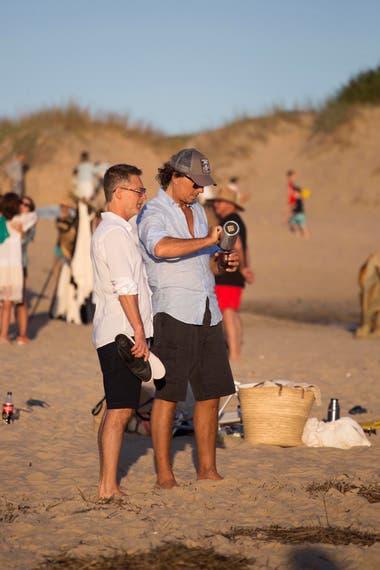 Adrián Suar y Gustavo Bermúdez en la playa de Punta del Este