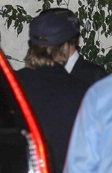 Brad Pitt llega al cumpleaños de Jennifer Aniston con gorra negra