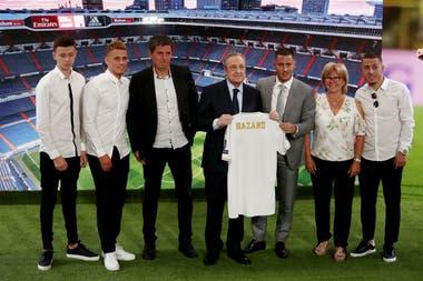 Presentación de Eden Hazard junto a su familia y al presidente de Real Madrid, Florentino Perez