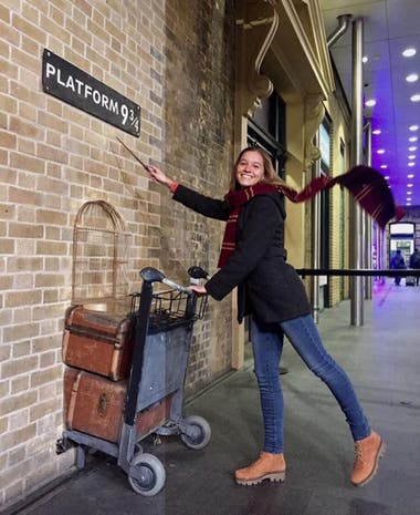 Lucrecia Rivas en el Andén 9 ¾ que recuerda a Harry Potter en la estación de Kings Cross de Londres