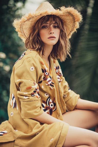 TONOS TIERRA. Kimono estampado con bordados (Rapsodia), camisa (Tommy Hilfiger)