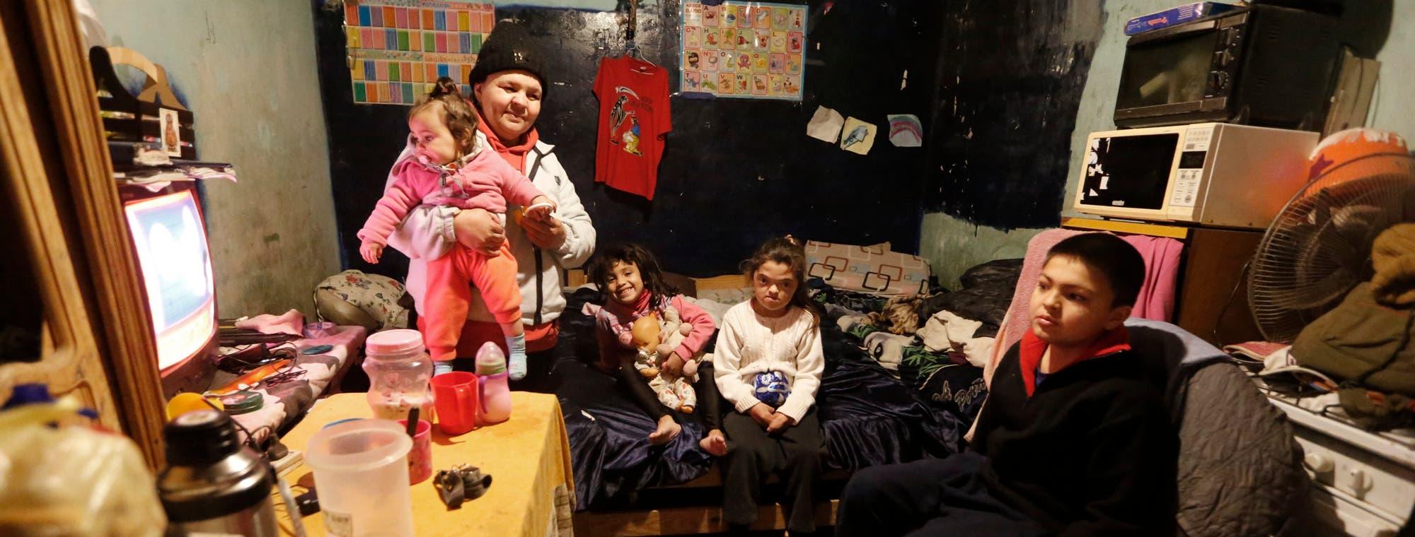 Infancia pobre: tres de cada 10 chicos viven hacinados y muchos ...