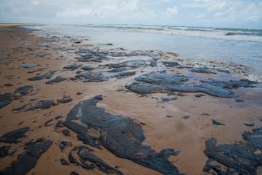 Las manchas aparecen en 132 playas, en nueve estados