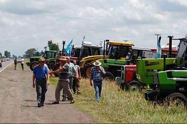 En Bragado, ayer, productores movilizados con sus tractores