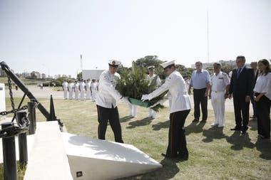 """El ministro de Defensa participó hoy de un acto en la Base Naval de Mar del Plata; """"hay que pensar que hay que comprar otro submarino"""", dijo"""