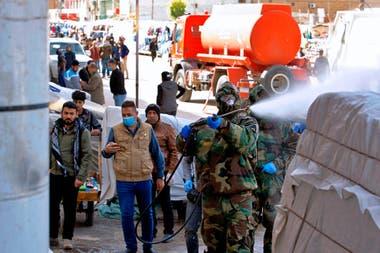 En Irak desinfectan centro comerciales como medida de prevención