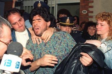 La dramática imagen de Diego Maradona del 26 de abril de 1991, en el momento que fue detenido por posesión de drogas.