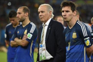 Alejandro Sabella con Pablo Zabaleta y Lionel Messi; la frustración en Brasil 2014 por la final perdida ante Alemania