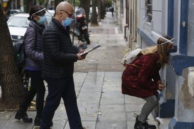 Ricardo Romero, Mara Pigazzini (odontóloga) y Cristina Chauque, uno de los tríos que partieron esta mañana desde la plaza Manzana 66, en Balnavera, para ir en busca de posibles casos de covid-19