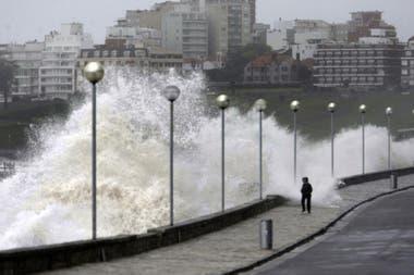 Cada tanto, la naturaleza nos recuerda su poder; aquí, un temporal en Mar del Plata