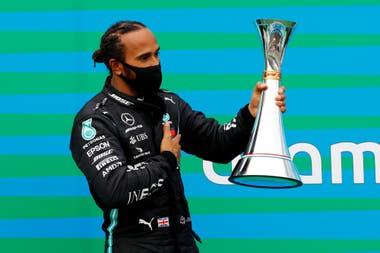 Hamilton, con el trofeo del Gran Premio de Hungría: otro trofeo para su cosecha