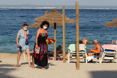 Los turistas caminan en la playa de Palmanova en la isla de Mallorca
