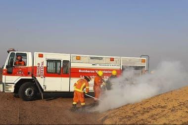 Los bomberos tuvieron que atacar focos que recomenzaron en los silobolsas