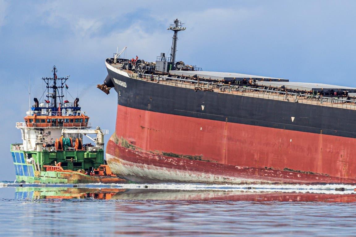 El petrolero encallado junto a una embarcación del gobierno de Mauricio