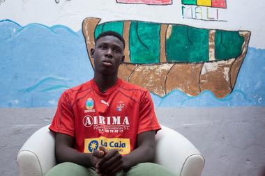 Madassa Mohammed, una adolescente de 16 años de Mauritania que recientemente tomó un barco para llegar a las Islas Canarias, participa de una entrevista en Gran Canaria el 15 de septiembre de 2020
