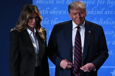 El presidente Donald Trump junto a la primera dama, Melania, una vez concluido el debate